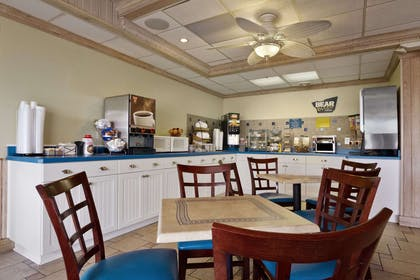 Breakfast Area | Travelodge by Wyndham Outer Banks/Kill Devil Hills
