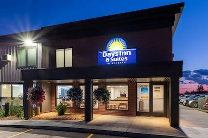 Exterior | Days Inn & Suites by Wyndham Duluth by the Mall