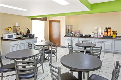 Breakfast Area | Super 8 by Wyndham Gainesville