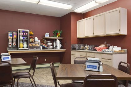 Breakfast Area | Travelodge by Wyndham Motel of St Cloud