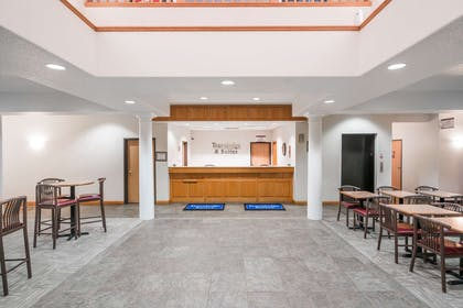 Lobby | Travelodge & Suites by Wyndham Fargo/Moorhead