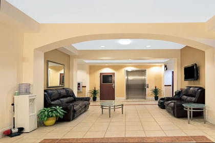 Lobby View | Super 8 by Wyndham Austin/Airport South