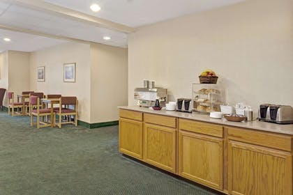 Breakfast Area | Howard Johnson Hotel & Suites by Wyndham Elk Grove Village