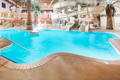 Pool | Ramada by Wyndham Des Moines Tropics Resort & Conference Ctr