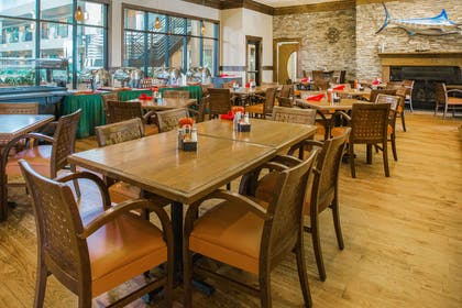 Restaurant | Ramada by Wyndham Des Moines Tropics Resort & Conference Ctr