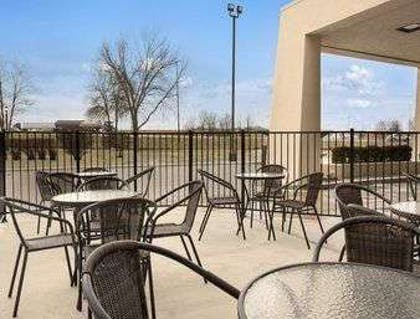 Outdoor Seating Area | Baymont by Wyndham Springfield