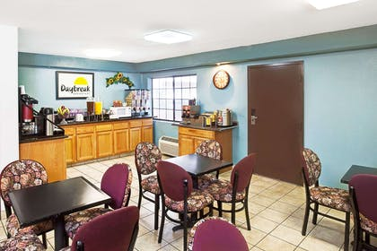 Breakfast Dining Area | Days Inn & Suites by Wyndham Artesia