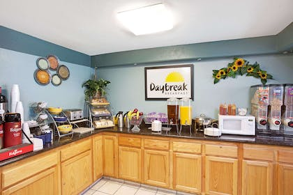 Breakfast Area | Days Inn & Suites by Wyndham Artesia