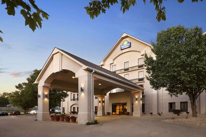 Welcome to the Days Inn Cedar Rapids | Days Inn & Suites by Wyndham Cedar Rapids