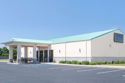 Exterior | Days Inn & Suites by Wyndham Navarre Conference Center
