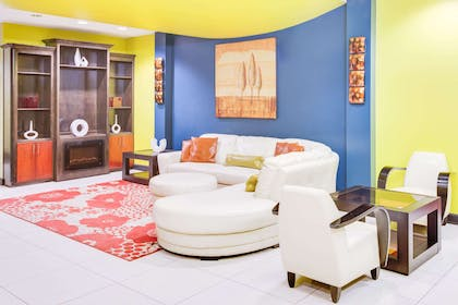 Lobby | Days Inn & Suites by Wyndham Russellville