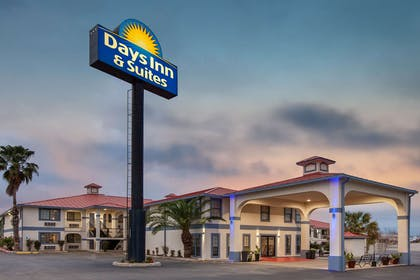 Exterior | Days Inn & Suites by Wyndham Braunig Lake