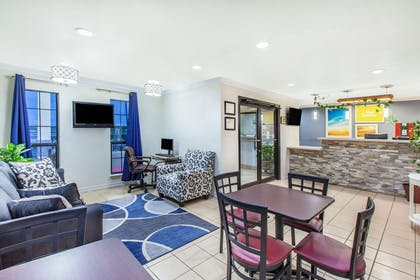 Lobby | Days Inn & Suites by Wyndham Braunig Lake