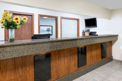 Lobby | Days Inn & Suites by Wyndham Des Moines Airport