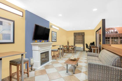 Lobby | Microtel Inn & Suites by Wyndham Chili/Rochester Airport