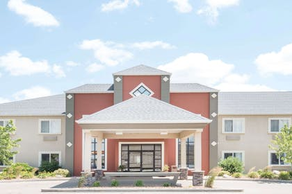 Exterior | Howard Johnson Hotel & Suites by Wyndham Oacoma