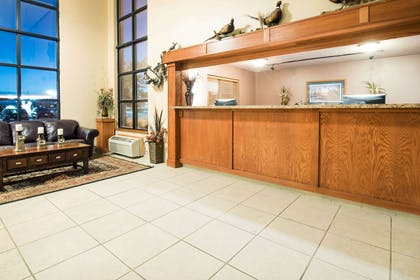 Lobby | Howard Johnson Hotel & Suites by Wyndham Oacoma