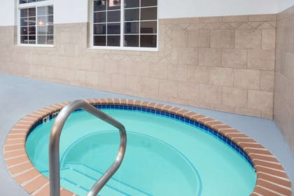 Pool | Howard Johnson Hotel & Suites by Wyndham Oacoma