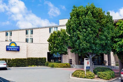 Welcome to the Days Inn & Suites Fullerton | Days Inn & Suites by Wyndham Fullerton