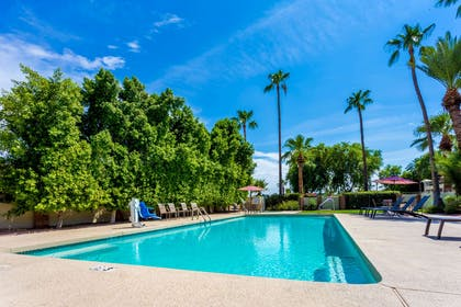 Pool | Howard Johnson by Wyndham Scottsdale Old Town