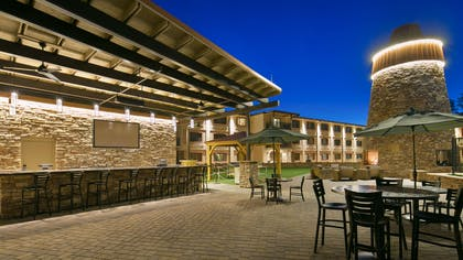 Patio Seating | Best Western Premier Grand Canyon Squire Inn