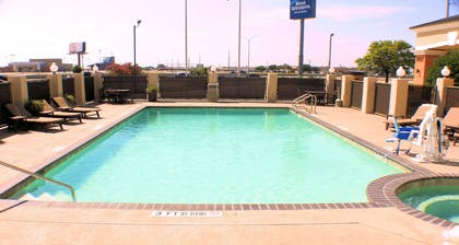 Outdoor Swimming Pool and Spa | Best Western Inn & Suites