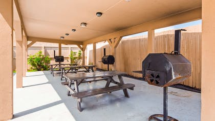 Grilling & Picnic Area | Best Western Plus Carrizo Springs Inn & Suites