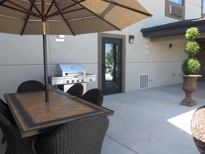 Patio with BBQ Grill | Best Western Plus Landmark Hotel