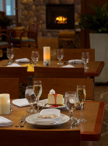 Restaurant | Hilton Garden Inn Cedar Falls Conference Center