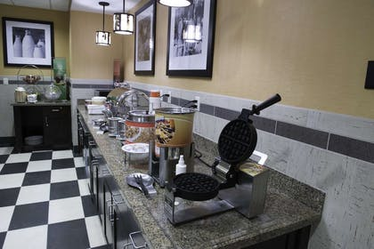 Restaurant | Hampton Inn & Suites Bismarck Northwest