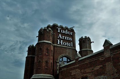 Exterior | The Tudor Arms Hotel Cleveland - a DoubleTree by Hilton