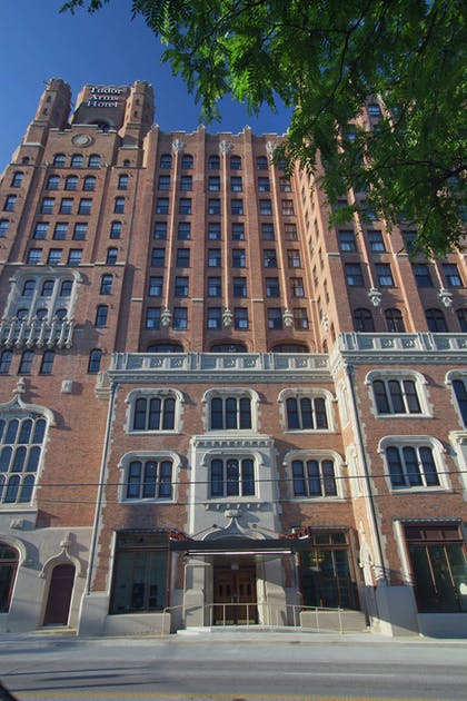 Exterior   The Tudor Arms Hotel Cleveland - a DoubleTree by Hilton