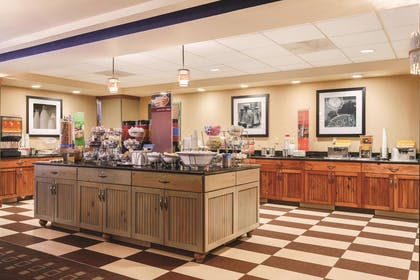 Restaurant | Hampton Inn & Suites Lake George