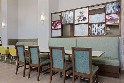 Breakfast Area | Hampton Inn & Suites Orlando Intl Dr N