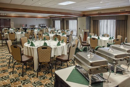 Restaurant | Hampton Inn & Suites Youngstown- Canfield