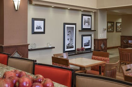 Lobby | Hampton Inn & Suites Youngstown- Canfield