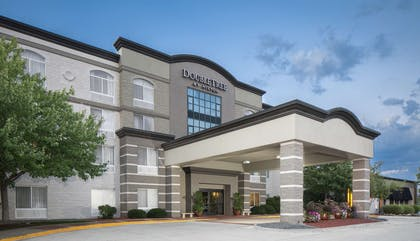 Exterior   DoubleTree by Hilton Hotel Des Moines Airport