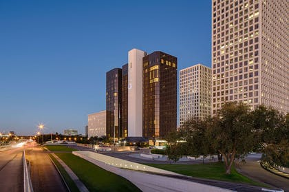 Exterior | DoubleTree by Hilton Hotel Houston - Greenway Plaza