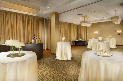 BarLounge | DoubleTree by Hilton Sterling - Dulles Airport