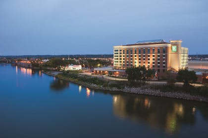 Exterior | Embassy Suites by Hilton East Peoria Riverfront Hotel & Conference Center