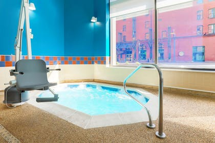 Pool | Hampton Inn & Suites Pittsburgh-Downtown