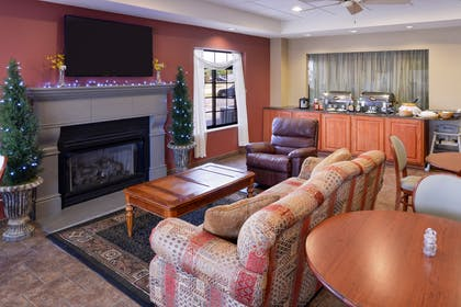 Sitting Area | Country Hearth Inn & Suites Edwardsville St. Louis