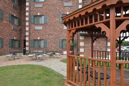 Outdoor Seating Area | Country Hearth Inn & Suites Edwardsville St. Louis