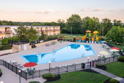 Outdoor Swimming Pool | Red Lion Hotel Harrisburg Hershey