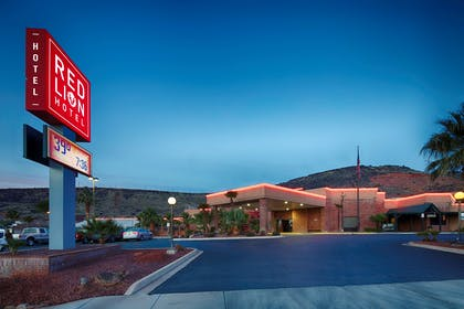 UTSTGE Exterior Night | Red Lion Hotel & Conference Center St. George, UT