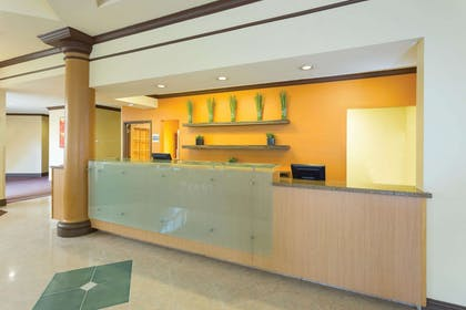 Lobby   La Quinta Inn & Suites by Wyndham Raleigh/Durham Southpoint