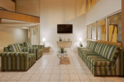 Lobby | La Quinta Inn & Suites by Wyndham St. Pete-Clearwater Airpt