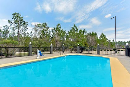 Pool | La Quinta Inn by Wyndham Moss Point - Pascagoula