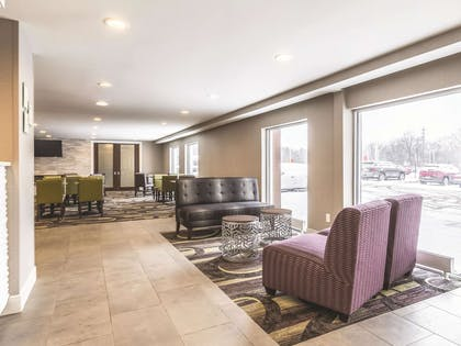 Lobby   La Quinta Inn & Suites by Wyndham Cleveland - Airport North