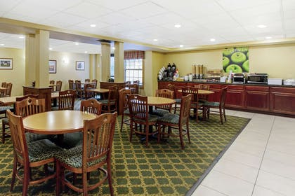 complimentary breakfast | La Quinta Inn & Suites by Wyndham South Burlington